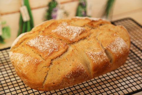 Thermomix Weizen-Joghurt-Brot auf dem Kuchengitter