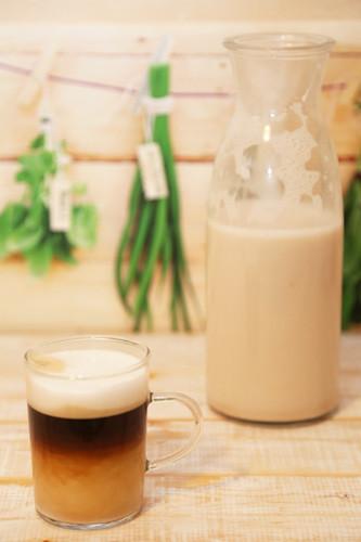 Mandelmilch im Kaffee
