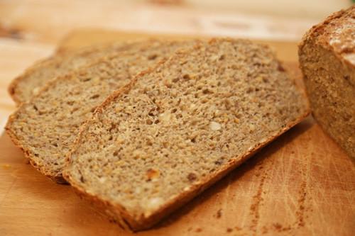 Dinkel-Müsli-Brot geschnitten