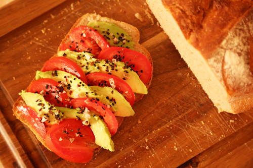Pampered Chef Bierbrot Ofenmeister Brotscheibe mit Tomate und Avocado