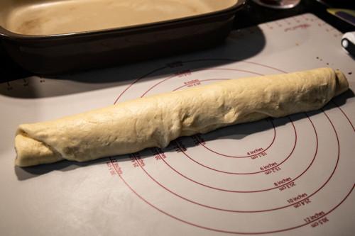 Cinnamon Roll aufgerollt auf TEigunterlage