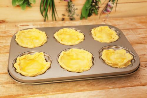 Vorbereitete Blätterteigteile in Mini-Pieform