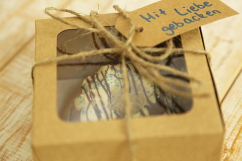 Mini-Gugelhupfe mit Schokoüberzug in Geschenkbox