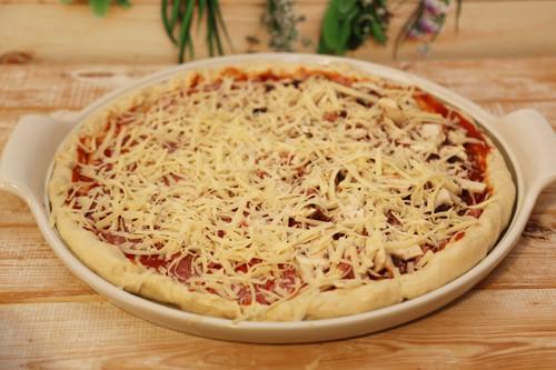 Pampered Chef weißer Stein Lady Pizza Teig belegt
