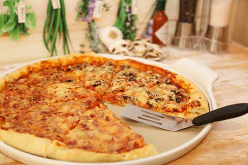 pizza auf dem gro en runden stein white lady von the pampered chef. Black Bedroom Furniture Sets. Home Design Ideas