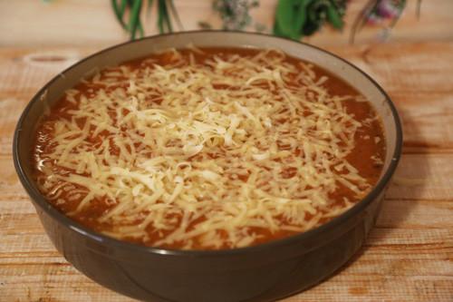 Pampered Chef Tomatensauce mit Käse bestreut in runder Stoneware