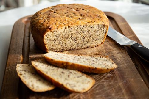 Pampered Chef Kamut-Dinkel-Brot nach dem Backen im runden Zaubermeister