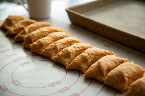 Pampered Chef Süßkartoffelbrötchen Teig gerollt und in Stücken