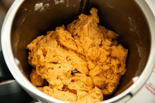 Pampered Chef Süßkartoffelbrötchen Teig im Mixtopf