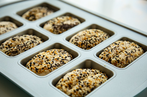 Pampered Chef Dinkel-Joghurt-Brötchen Teiglinge in Mini-Kuchenform eingeschnitten