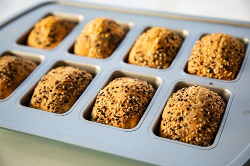 Pampered Chef Dinkel-Joghurt-Brötchen in Mini-Kuchenform fertig gebacken