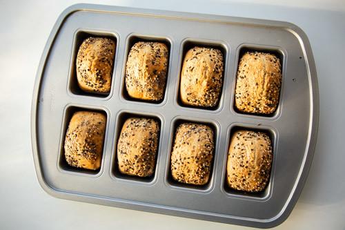 Pampered Chef Dinkel-Joghurt-Brötchen in Mini-Kuchenform von oben