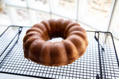 Pampered Chef Kranzform Marmorkuchen fertig gebacken auf Kuchengitter