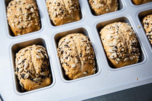 Pampered Chef Malz-Mischbrötchen fertig gebacken in Mini-Kuchenform