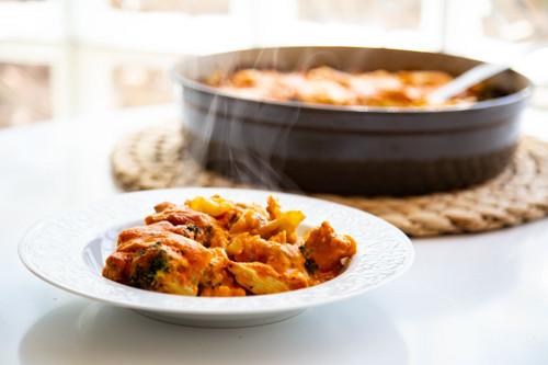 Pampered Chef runde Stoneware Brokkoli-Kartoffel-Hähnchenauflauf in Tomatensauce