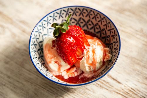 Thermomix Erdbeer-Sirup auf Vanilleeis