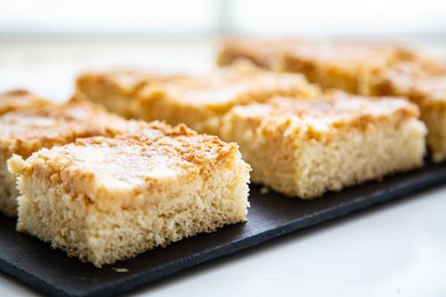 Pampered Chef Bäker Kokos-Buttermilch-Kuchen in Stücke geschnitten