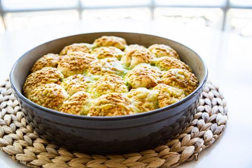 Pampered Chef runde Stoneware gefüllte Brötchen fertig gebacken