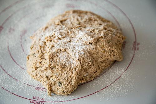 Pampered Chef Dinkel-Ruchmehl-Brot Teig auf Teigunterlage