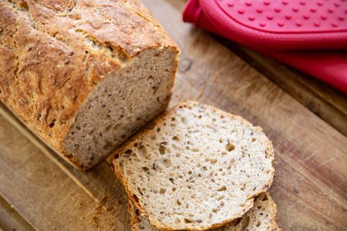 Pampered Chef Vollkorn-Einkorn-Dinkel-Brot angeschnitten