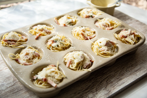 Pampered Chef Nudelnester mit Parmesan bestreut