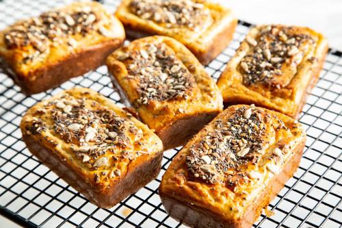 Pampered Chef Eiweißbrötchen fertig gebacken auf dem Kuchengitter