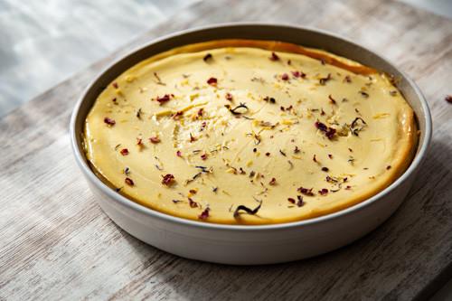 Pampered Chef Mango-Käsekuchen fertig in der runden Ofenhexe