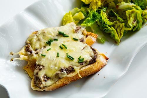 Pampered Chef Pilz-Trüffel-Baguettes fertig überbacken und mit Salat angerichtet