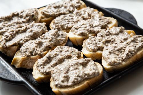 Pampered Chef Pilz-Trüffel-Baguettes mit Paste bestrichen