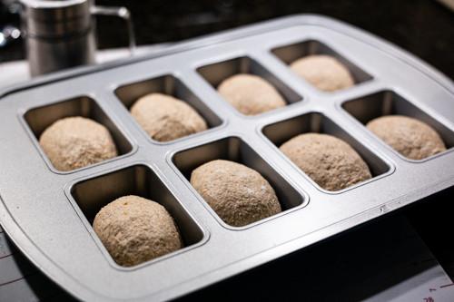Pampered Chef Vollkorn-Dinkelbrötchen am Vorabend in der Mini-Kuchenform