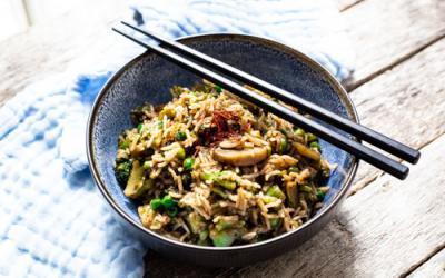 Vegane Asia-Reispfanne in der gusseisernen Pfanne
