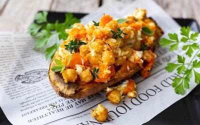 Süßkartoffeln mit Kichererbsen und Feta