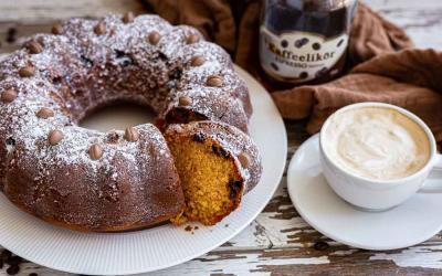 Kaffeelikör-Kuchen in der Kranzform oder Mini-Gugelhupfform